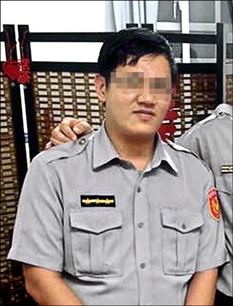 原任職新北市中和警分局的25歲蔡姓警員(圖),去年5月接獲一名女子報案,隔天竟循個資到女子住處,以聞到毒品味道為由進屋,強逼女子口交得逞。(記者姜翔翻攝)