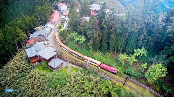 前天森鐵試車,鐵道迷空拍列車行經十字路站畫面,直呼太感動了。(賴國華提供)
