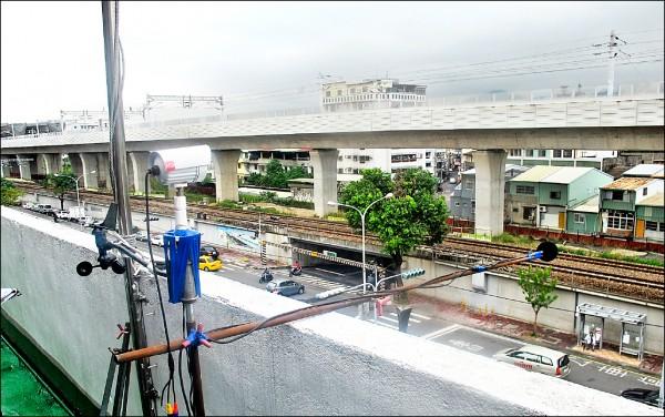 環保局在高架鐵路進行噪音監測,二十四處有十一處超標。(記者蔡淑媛翻攝)