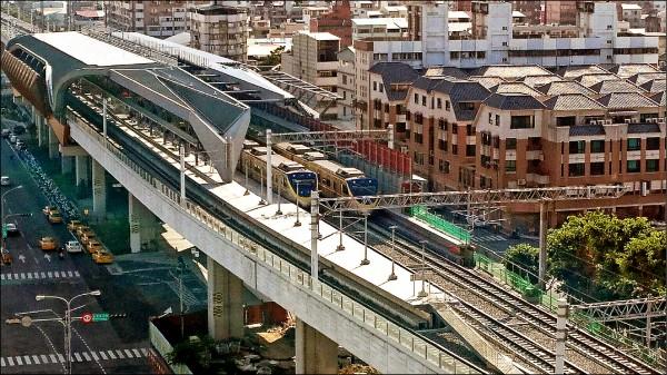 台中鐵路高架通車後,許多沿線居民投訴火車噪音過大。(記者蔡淑媛翻攝)