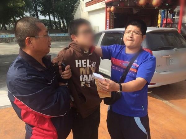 許姓男子(中)涉嫌擔任詐騙集團車手,遭員警逮捕移送法辦。(記者陳燦坤翻攝)