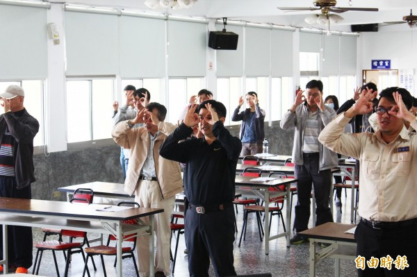 布袋鎮公所政風室主任李思賢將廉政倫理規範編成帶動唱舞曲,讓公務員輕鬆瞭解。(記者林宜樟攝)