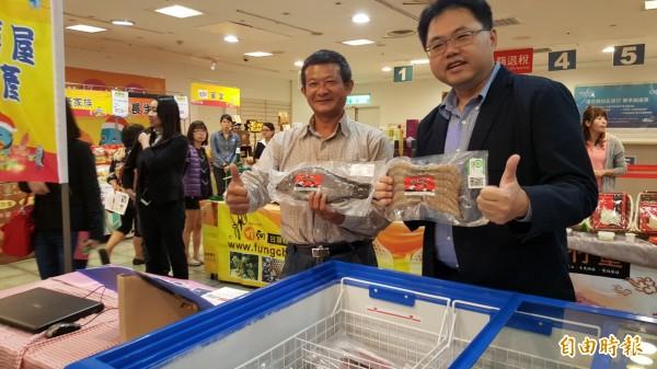 高雄海味揮軍大遠百展售,海洋局長王端仁(右)豎起大拇指掛保證。(記者洪臣宏攝)