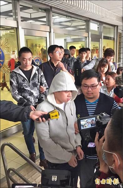 就讀中華科技大學的竹聯幫雷堂分子楊東潤(前),吸收大學生與高中生,設局坑殺富二代學生。(記者劉慶侯攝)