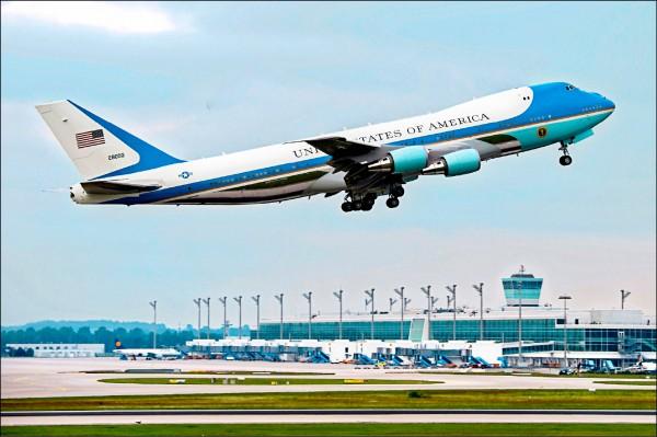 美國現役總統座機「空軍一號」改裝自波音七四七—二○○型客機。圖為美國總統歐巴馬去年六月八日搭乘這架專機,離開德國慕尼黑。(歐新社檔案照)