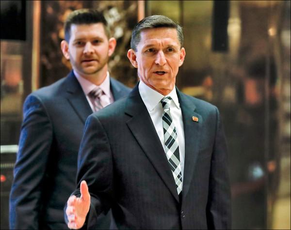 美國總統當選人川普提名的國安顧問弗林(前)與兒子小弗林(後),十一月間連袂進入川普大樓。(美聯社檔案照)