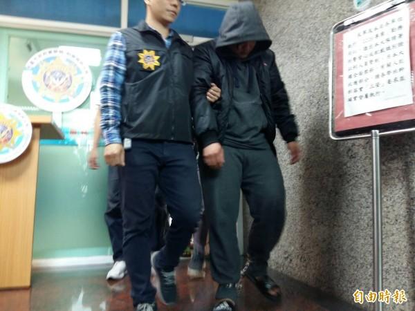 桃警偵破假公安詐騙機房,逮捕12名男女。(記者鄭淑婷攝)