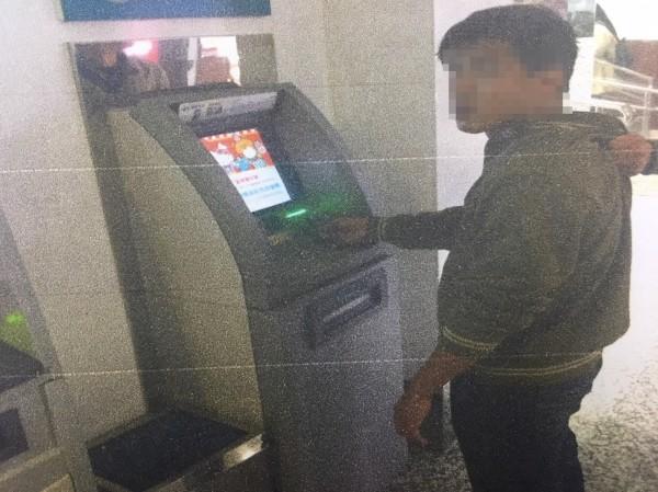 施男因在同部ATM前重覆提領贓款被警方盯上遭當場逮捕。(記者許國楨翻攝)