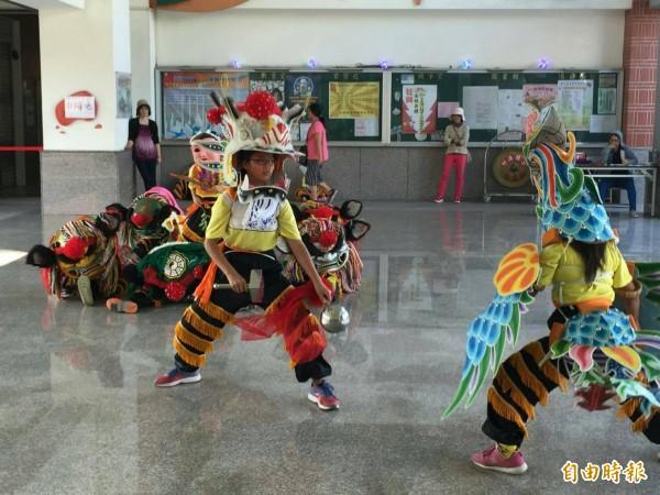 位在偏鄉的飛沙國小學生人數雖有限,但今年參加教育部全國民俗體育競賽,奪得兩項優勝。(記者陳燦坤翻攝)