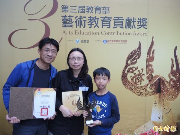 台東高商圖書館主任林梅英(中)獲教育部藝術教育貢獻獎。(記者黃明堂翻攝)