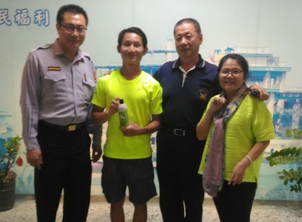 港男邱曉東(左二)獲將軍警協助。(記者楊金城翻攝)
