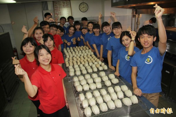 弘光科大師生製作7100個麵食義賣, 請大家共襄盛舉助家扶中心。(記者張軒哲攝)
