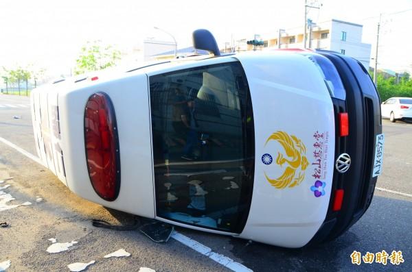 救護車被撞擊後,側翻在路上。(記者吳俊鋒攝)