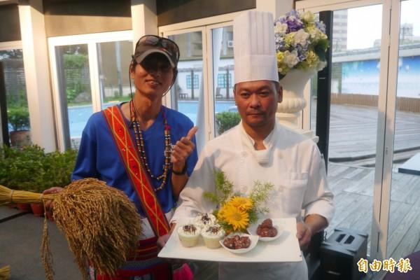知名西餐主廚黃智明(右)選用光復鄉蕭明山所種植的紅糯米,製作出可口美味的「紅米珍珠丸」及「紅米奶酪」兩款甜品。(記者王峻祺攝)