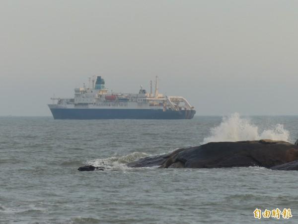 金門古崗外海又來了一艘「大船」,這是中華電信僱請的海纜船正在該地設置浮球,準備進行海纜布設。。(記者吳正庭攝)