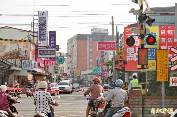 民雄鄉東榮路平交道鄰近台一線,每遇上下班或假日時段,常有塞車情況。(記者曾迺強攝)