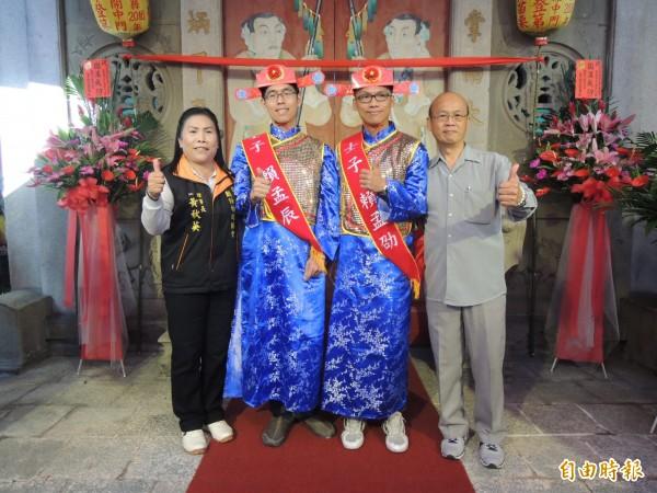 來自頭份市的賴孟辰(左二)及賴孟劭,一起開中門,光宗耀祖。(記者張勳騰攝)