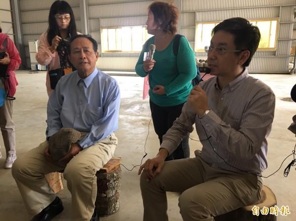 農委會主委曹啟鴻(左)和林務局局長林華慶(右)今天宣布國內林產新的補助政策。(記者吳欣恬攝)