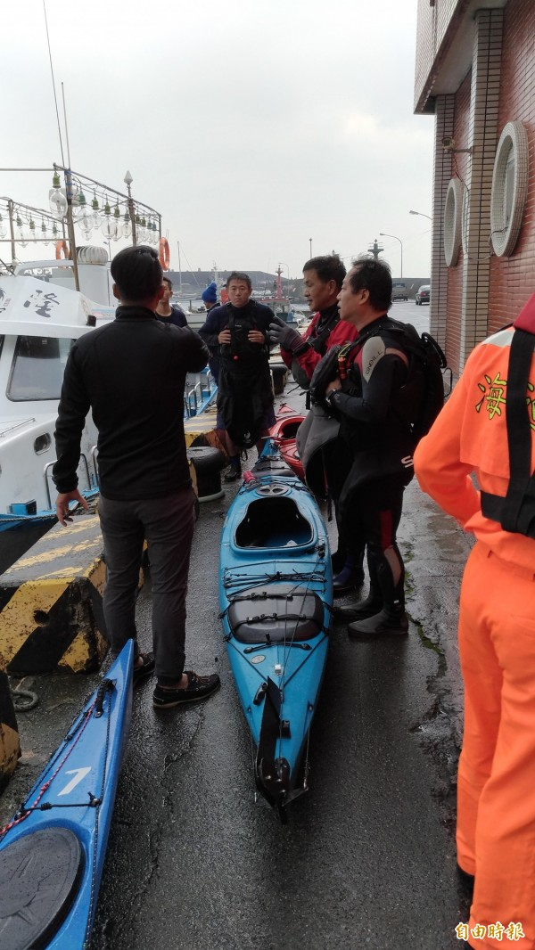 三名獨木舟客裝備完整,仍遭東北季風捲走。(記者吳政峰攝)
