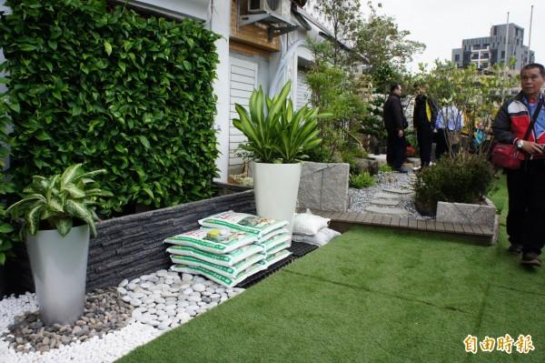 花博園區二樓已邀請專業綠資材業者進駐,打造田園市集,民眾可購買所需綠資材並獲得專業建議。(記者黃建豪攝)