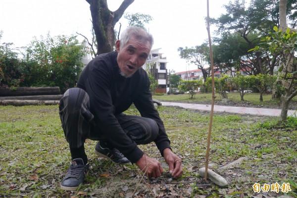 69歲花蓮阿美族獵人陳清輝,近年跟隨兒子自玉里山區搬到花蓮市鬧區,閒暇之時仍會在社區綠地製作小陷阱,熟稔狩獵技術。(記者王峻祺攝)