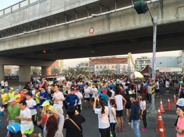 牙醫師盃全國馬拉松路跑賽今年移師林邊鄉,在因風災而高架的鐵路下起跑,別具意義。(記者陳彥廷翻攝)