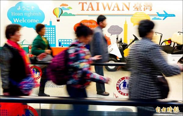 民進黨執政後,中國客來台人數從今年五月開始銳減,但其他國家來台旅客幾乎全面成長,第一千萬名旅客可望今天晚間抵台,比去年早了八天。(記者朱沛雄攝)