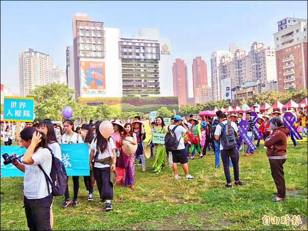 世界人權日嘉年華昨天在市民廣場舉行,有上千人參加。(記者蘇金鳳攝)