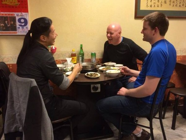 林昶佐和葉望輝大啖羊肉爐,在談完台美相關議題後,便開始聊聊育兒經、台灣美食等輕鬆話題。(圖擷取自林昶佐 Freddy Lim臉書粉絲專頁)