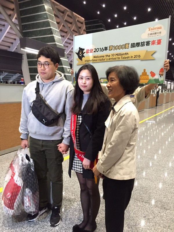 今年第1000萬人次的國際旅客抵台啦!是來自韓國釜山的新婚嬌妻韓成恩,今(10)日上午才辦完婚禮,晚間9時26分由桃園機場第一航廈入境台灣度蜜月。(中央社)