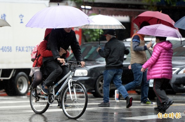 氣象專家吳德榮表示,昨天與今天受迎風面堆積水氣影響,降雨較明顯,明後兩天氣溫會明顯回溫,但到週二晚間氣溫會開始下降,週三晚上大約就可降到大陸冷氣團的標準。(資料照,記者林正堃攝)