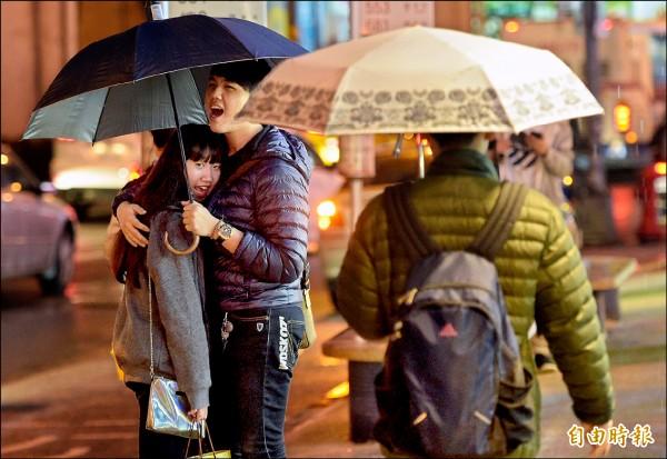 台北昨降下間歇陣雨,週三將有入冬以來首波冷氣團來襲,低溫下探13度。(記者張嘉明攝)