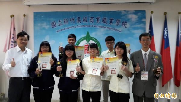 新竹高商參加全國技藝競賽商業類獲兩個金手獎及四個優勝,獲獎率百分之百,學生將可透過保送及技優進入國立科技大學。(記者洪美秀攝)