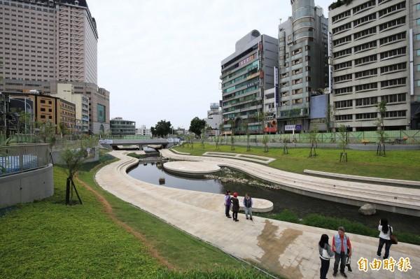 柳川是全台首座採低衝擊開發的景觀河岸。(記者黃鐘山攝)