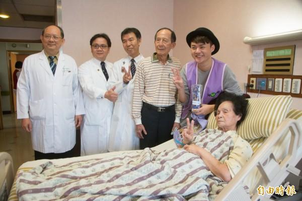 知名藝人許富凱(右一)到高雄長庚病房探視關懷病友。(記者方志賢攝)