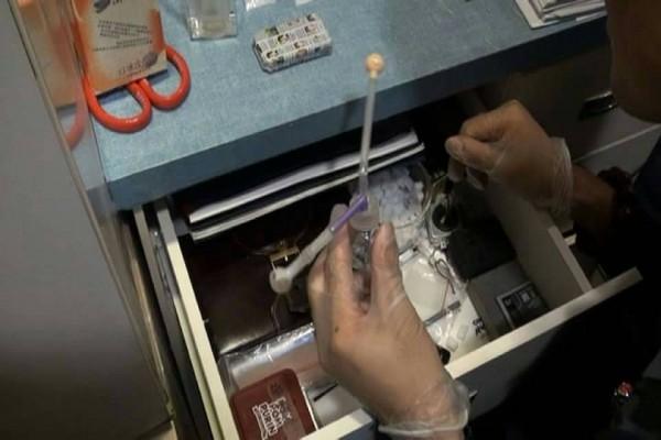 台北市少年隊警方在長安西路民眾搜出安他他命毒品。(記者姚岳宏翻攝)