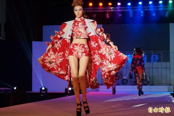 弘光科大化妝品應用系造型彩妝畢業成果發表會,學生穿著時尚的客家花布走秀。(記者歐素美攝)