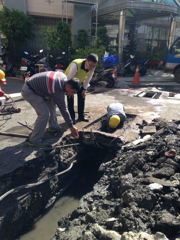 市議員呂維胤說,三官路89巷口汙水道裡根本沒有溝壁,巷口長約3米之汙水道整個被水泥給掩蓋住,水利局要說清楚講明白。(記者王捷翻攝)
