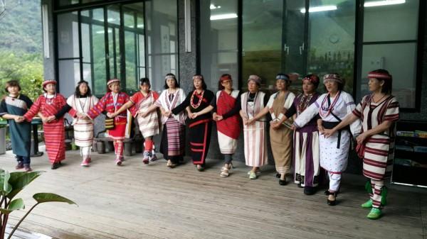 烏來區原住民族編織協會與日本白糠町愛努協會締結為姐妹會,雙方將頻繁交流、定期舉辦展覽。(原民局提供)