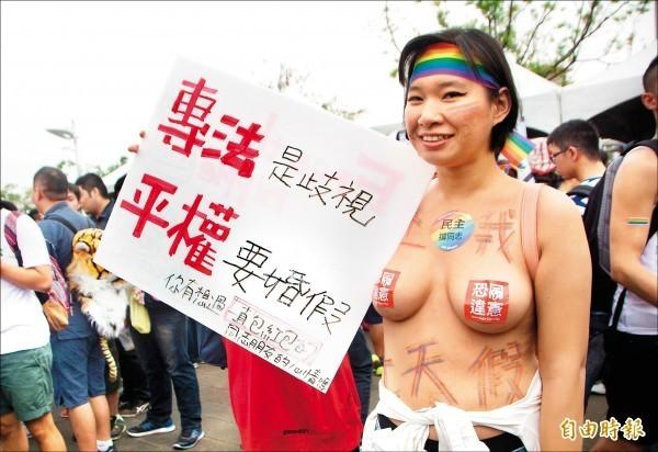 台南市某國中女代課老師,上月底上街頭挺同,以敏感部位只貼「恐同違憲」貼紙的半裸造型示人。(資料照,記者張忠義攝)