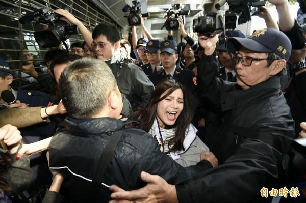 復興航空企業工會到國產大樓抗議,與警方發生推擠衝突。(記者陳志曲攝)