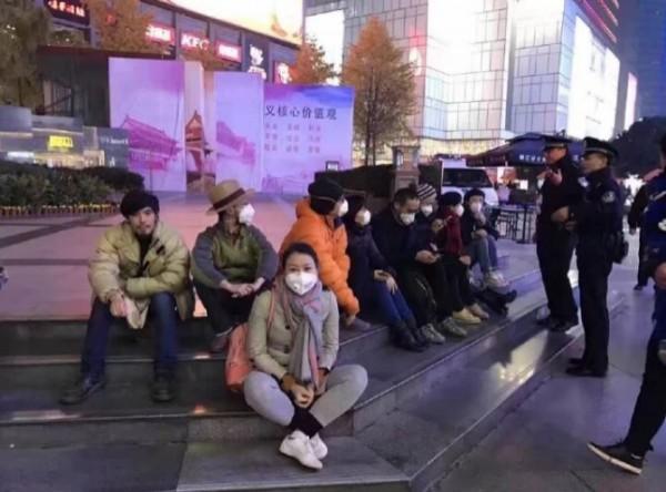中國近日霧霾極為嚴重,網友爆料有關當局竟當街逮捕戴口罩的民眾,痛批是在藉此營造「無霧霾」的假象。(擷取自微博)