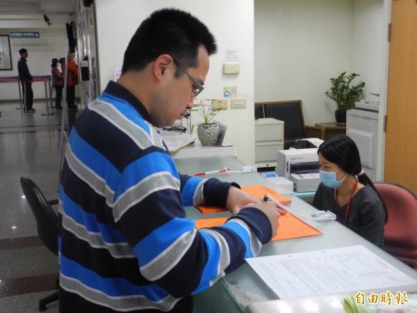 為恭醫院表示申請各類文件本人、委託人一定要攜帶雙證件臨櫃辦理。(記者許展溢攝)