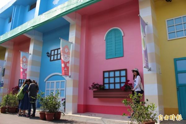 水泥牆面經過色彩妝點和改造,變成遊客拍照留念的熱門景點。(記者張聰秋攝)