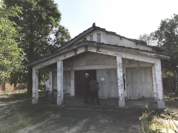 後壁平安里聖若瑟教堂,失竊的木匾原掛在入口處的上方。(記者楊金城攝)