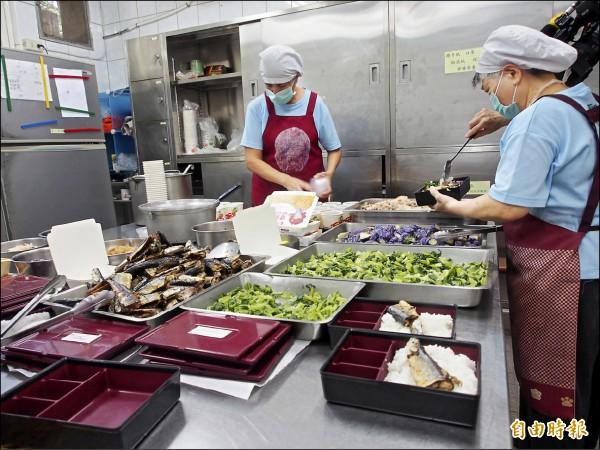 台東聖母醫院透過部落廚房,供應鄰近地區的老人送餐服務。(記者王秀亭攝)