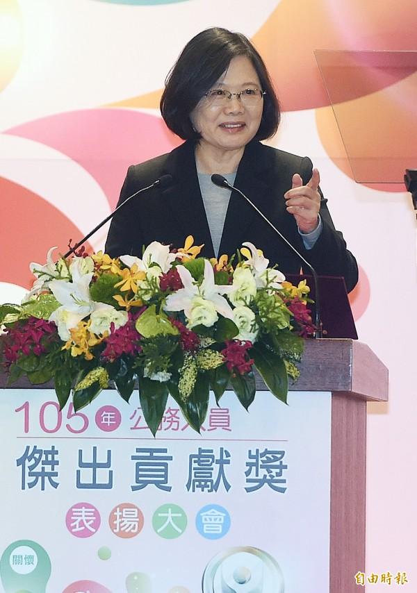 總統蔡英文14日出席105年公務人員傑出貢獻獎表揚大會,頒獎給10位獲獎人或團體代表。(記者廖振輝攝)