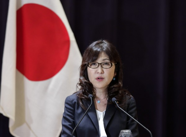 針對此次迫降事件,稻田朋美要求美軍在迫降原因出爐以及確保飛安前,「魚鷹」運輸機須全面禁飛。(歐新社)