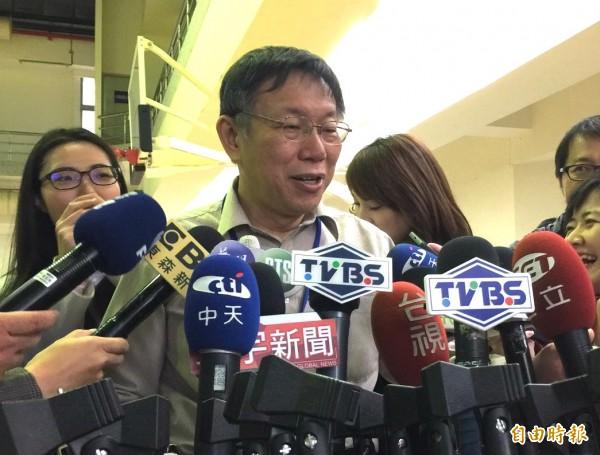 台北市長柯文哲今天出席活動後,媒體問及捷運吃到飽2500元月票突喊停,究竟是暫緩實施還是有其他方案。(記者沈佩瑤攝)