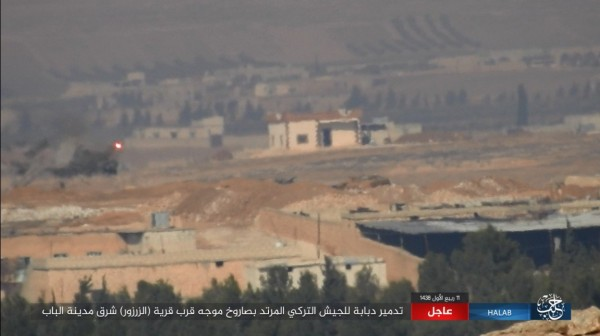 畫面左方拖式飛彈(紅點)逼進豹2坦克。(圖擷自敘利亞HALAB電視台Twitter)